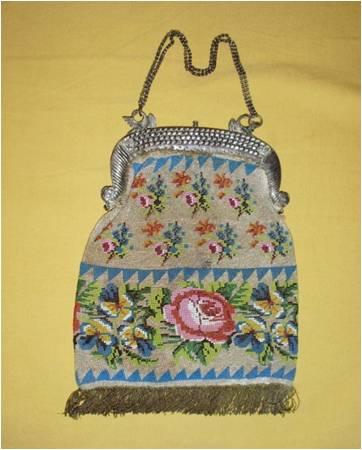 Hermosos bolsos con bordados de microcristales formando adornos florales y bastidores de plata.