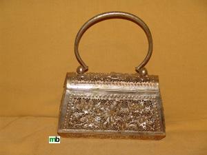 Un bolso de plata para una novia Camboyana