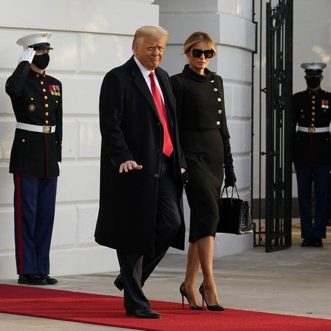 Melania Trump se despide con un birkin en sus manos