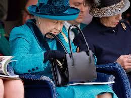 La reina Isabel de Inglaterra con su bolso